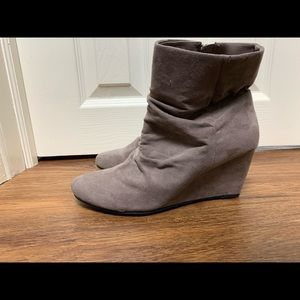 Women's size 9 wedge ankle boots neutral suede zip